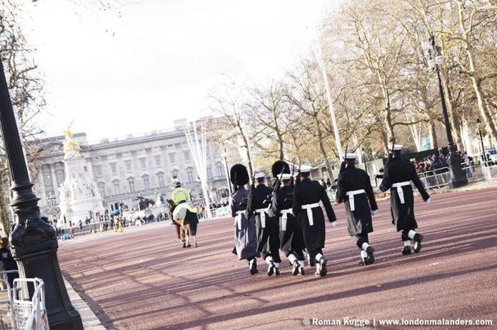 Wachablösung London Buckingham Palace The Wall