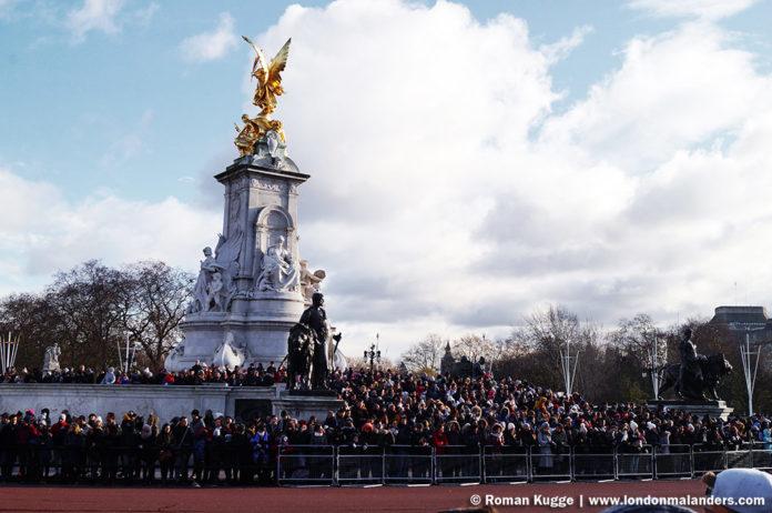 Wachablösung London Buckingham Palace Treppen Victoria Monument